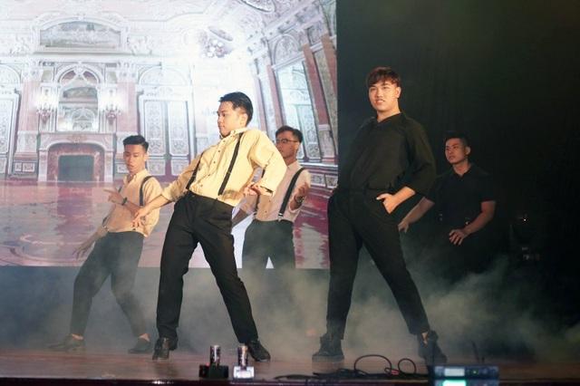 Các nam sinh lên sân khấu với hình ảnh của các quý ông lịch lãm