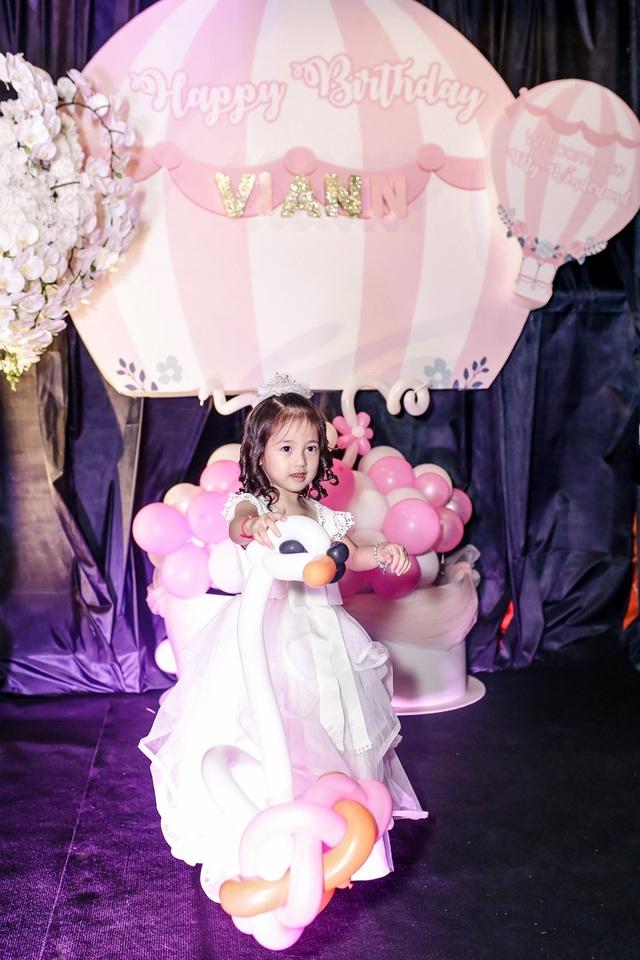 Trong ngày sinh nhật, con gái Hoa hậu Việt Nam 1992 được mẹ diện cho chiếc váy trắng và cài hoa, cô bé như một cô công chúa nhỏ hồn nhiên với vẻ ngoài dễ thương, trong sáng và đáng yêu.