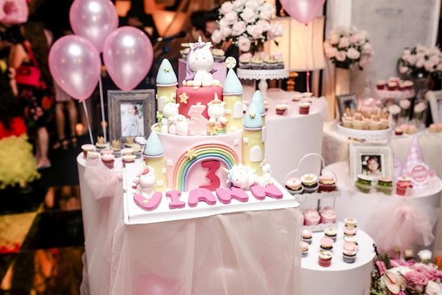 Không gian của bữa tiệc ngập tràn sắc hồng với bóng bay và bánh gato xinh xắn.