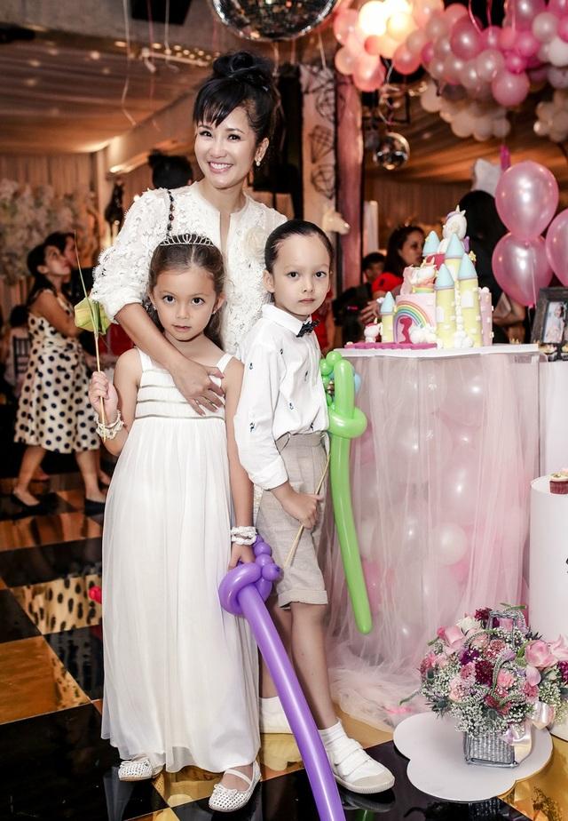 Ca sĩ Hồng Nhung và cặp song sinh diện trang phục trắng rất đáng yêu.