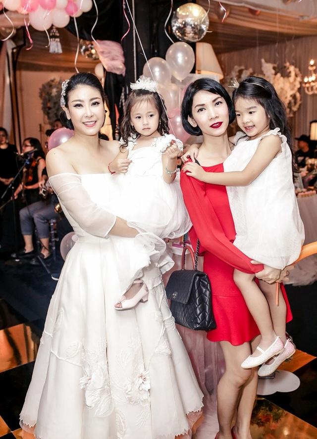 Người mẫu Xuân Lan và bé Thỏ đến chúc mừng sinh nhật con gái hoa hậu