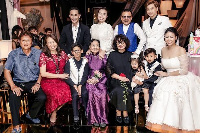 Hà Kiều Anh bên đại gia đình của mình, cô là một trong những hoa hậu có cuộc sống hôn nhân hạnh phúc nhất nhì showbiz Việt được nhiều khán giả ngưỡng mộ.