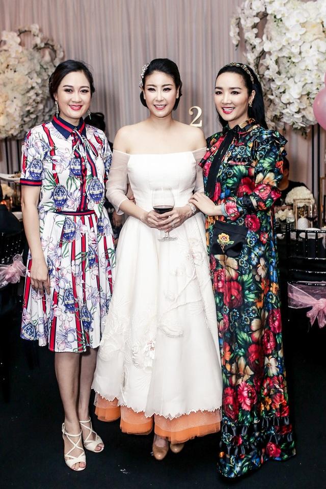 Hoa hậu Đền Hùng Giáng My chọn trang phục hoa tiết hoa nổi bật.