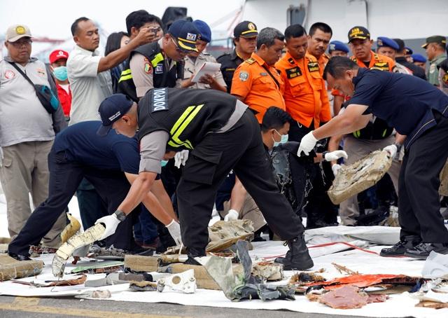 Một nhóm gồm 3 chuyên gia từ Cơ quan Điều tra An toàn Giao thông Singapore đã tới thủ đô Jakarta, Indonesia vào chiều 29/10, mang theo thiết bị định vị dưới nước để hỗ trợ chiến dịch tìm kiếm máy bay của Indonesia.