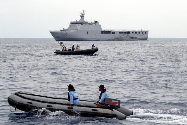 Quân đội Indonesia đã huy động hàng chục tàu, lính thủy đánh bộ, người nhái và các thiết bị dò tìm hiện đại để đẩy nhanh quá trình tìm kiếm xác máy bay cũng như thi thể các nạn nhân.