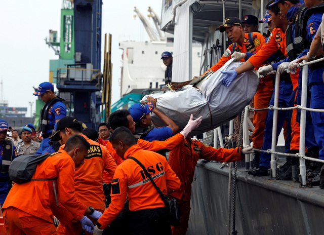 Cuộc tìm kiếm các nạn nhân trên chuyến bay mang số hiệu JT610 của hãng hàng không Lion Air rơi ở ngoài khơi vùng biển Karawang, Tây Java, Indonesia vào sáng 29/10 đã kéo dài sang ngày thứ hai và nhiều thi thể đã được tìm thấy.