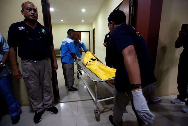 """""""Chúng tôi hy vọng chúng tôi có thể tìm thấy phần thân chính của máy bay. Tất cả những gì nổi lên mặt nước đều được trục vớt"""", người đứng đầu Basarnas, Tướng Không quân Muhammad Syaugi, nói với Straitstimes."""