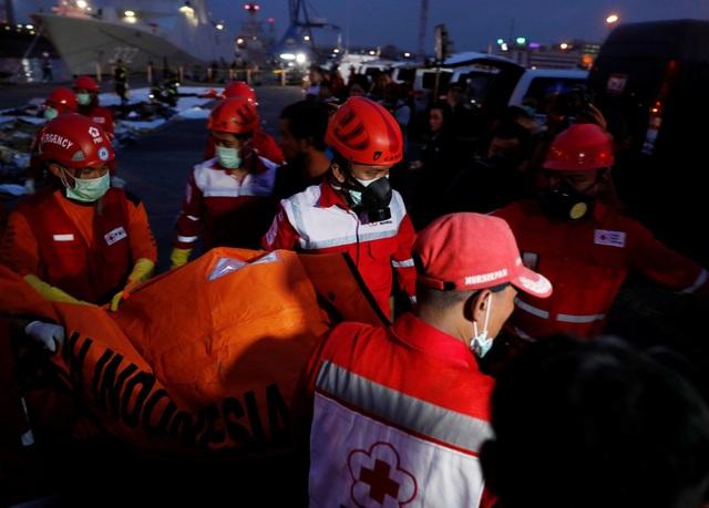 Theo Cơ quan Tìm kiếm Cứu hộ Quốc gia Indonesia (Basarnas), lực lượng cứu hộ cũng tìm thấy khoảng 14 túi đựng các mảnh vỡ của máy bay, song chưa phát hiện hộp đen của máy bay nằm ở đâu.
