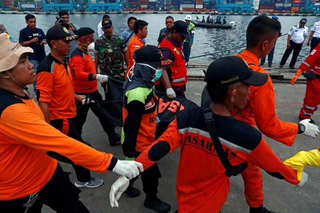 Các túi vật thể sẽ được chuyển tới bệnh viện Cảnh sát ở Đông Jakarta và chờ nhóm chuyên gia phân tích ADN xác định danh tính các nạn nhân.