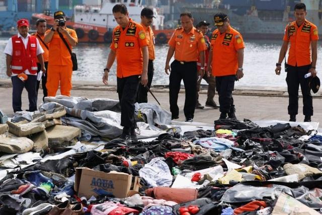 Lực lượng tìm kiếm đã tìm thấy nhiều thi thể nạn nhân cùng các vật dụng của hành khách trên chuyến bay xấu số của Lion Air. (Ảnh: Reuters)