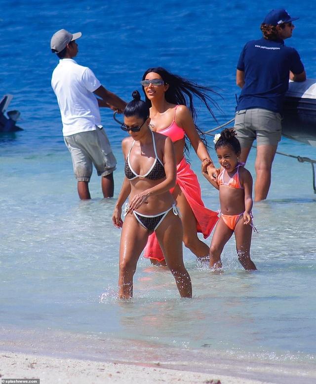 """Kim Kardashian khoe dáng """"đồng hồ cát"""" gợi cảm trên biển - 12"""