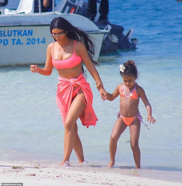 Kim dắt theo cô con gái lớn, North đi dạo dọc bãi biển.