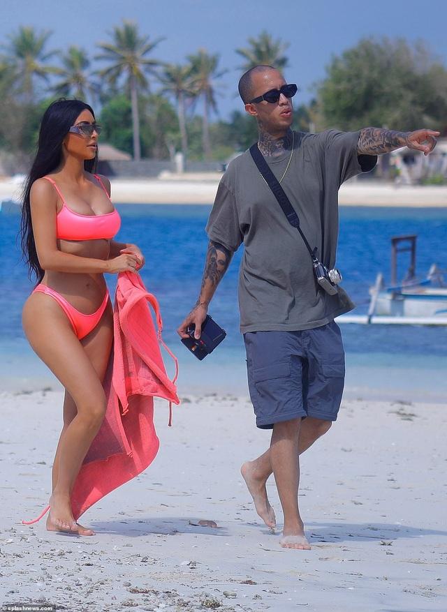 """Kim Kardashian khoe dáng """"đồng hồ cát"""" gợi cảm trên biển - 20"""