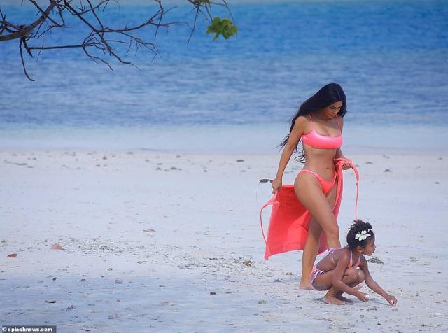 Kim cùng cô con gái 5 tuổi trông thật hạnh phúc bên nhau.
