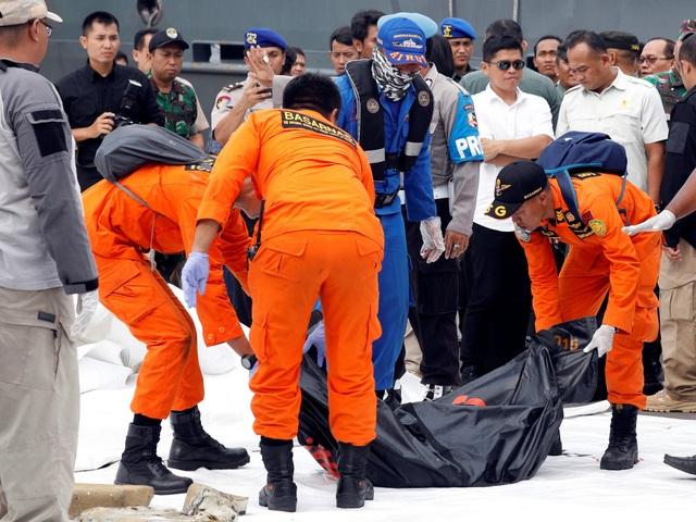 Thi thể các nạn nhân được tìm thấy sau vụ rơi máy bay ở Indonesia. (Ảnh: Reuters)