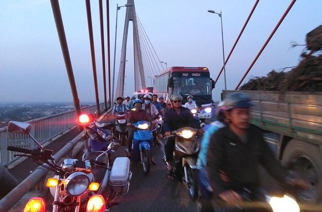 Nhiều dân hiếu kỳ đến xem nên giao thông trên cầu Rạch Miễu bị ách tắc