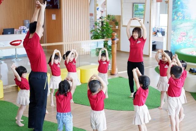 Thầy cô đồng hành cùng trẻ trong mọi bài tập vận động.