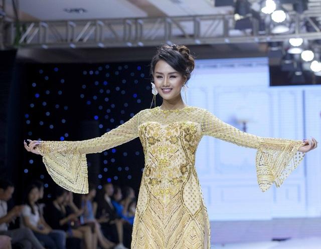 Ngoài siêu mẫu Võ Hoàng Yến, buổi trình diễn có sự tham gia của Á hậu Lâm Thuỳ Anh.