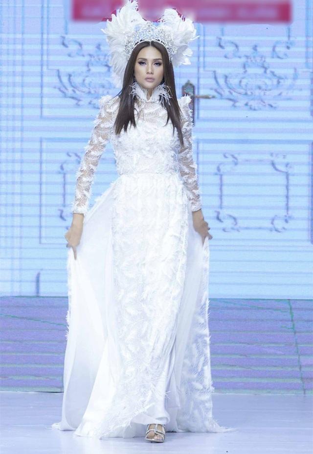 Giám khảo The Face 2018 Võ Hoàng Yến xuất hiện trên sàn diễn thời trang với vai trò vedette của đêm diễn.