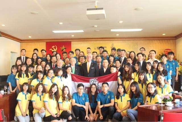 Khách mời và cán bộ, giảng viên chụp ảnh lưu niệm cùng 66 tân sinh viên.