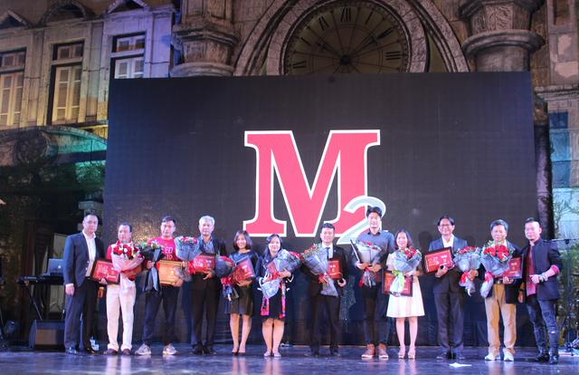 Chủ tịch HĐQT, Tổng Giám đốc Công ty CP M2 Việt Nam Nguyễn Hải Đường (ngoài cùng bên phải) và Giám đốc kinh doanh Phạm Minh Đức tri ân 10 nhà cung cấp tiêu biểu dịp kỷ niệm 18 năm thành lập