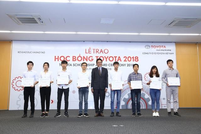 Tổng giám đốc TMV, ông Toru Kinoshita trao học bổng cho các sinh viên