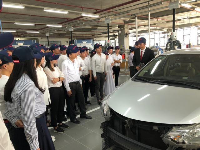 Bên cạnh được nhận học bổng, các sinh viên khu vực miền Bắc còn có cơ hội tham quan nhà máy sản xuất và lắp ráp ôtô Toyota tại Vĩnh Phúc.