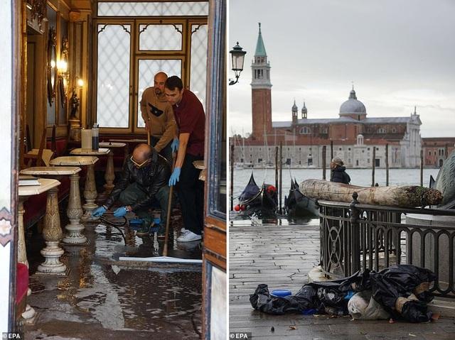 Chủ quán cafe đang dọn dẹp lại quán sau trận ngập (ảnh trái); quảng trường St. Mark chứng kiến cảnh rác vun lại thành đống (ảnh phải).