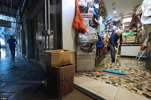 Nhiều nơi tại Venice chứng kiến cảnh dọn dẹp tất bật, các chủ tiệm đều muốn nhanh chóng kinh doanh bình thường trở lại.