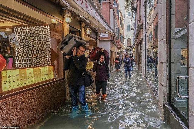 Du khách tại Venice ngày nước ngập.