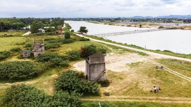 Lò gạch nằm giữa đồng trống, một nhánh sông Thu Bồn và Hội An trong tầm mắt khi bạn đã lên đến đỉnh