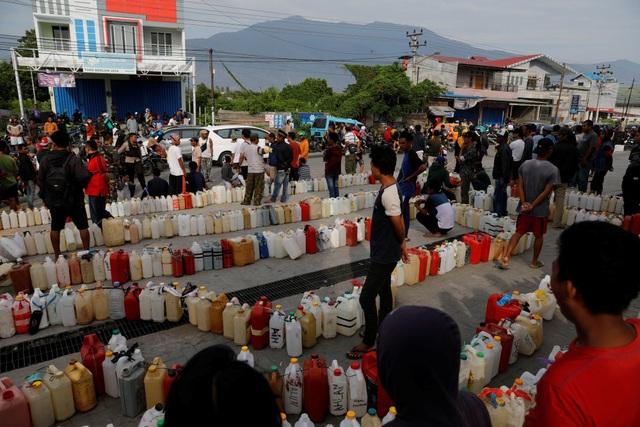 Cảnh người dân ở Palu xếp hàng mua xăng sau thảm họa. (Ảnh: Reuters)