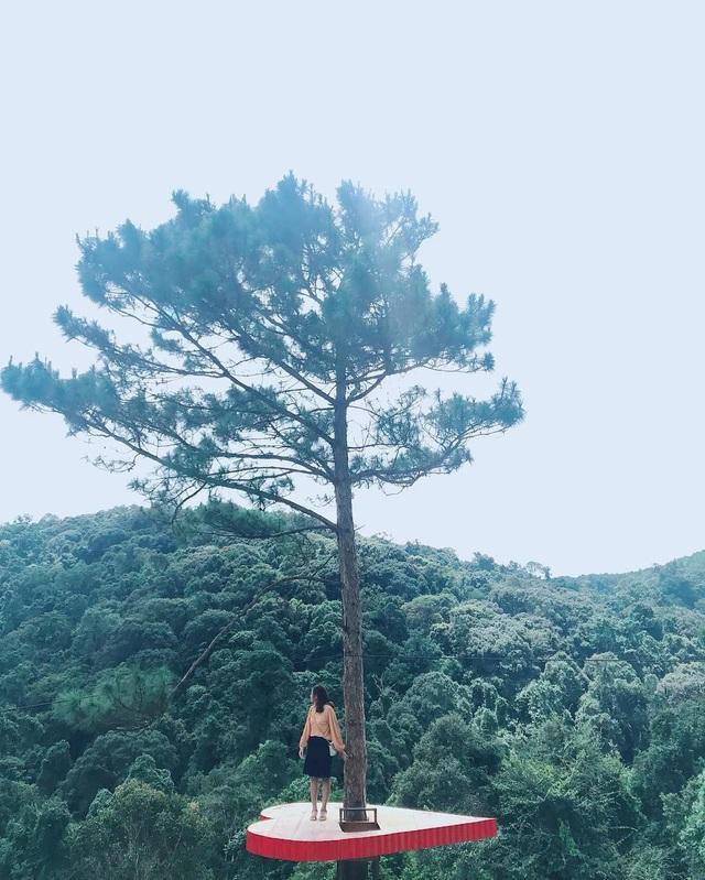 Nhìn từ xa hình ảnh trái tim như lơ lửng giữa khung cảnh xanh bạt ngàn của núi rừng. Ảnh: @hoangduyen2205