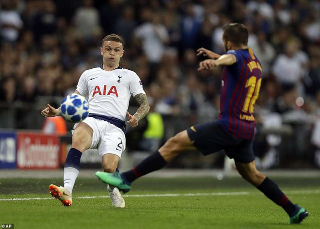 Tripper và Jordi Alba trong tình huống tranh chấp bóng