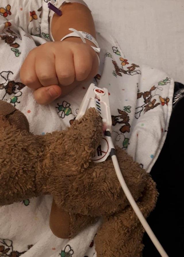 """Bệnh nhân """"đặc biệt"""" nằm trên giường bệnh cùng cậu bé Jackson"""