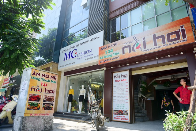 Việc thay đổi biển hiệu kiểu mẫu được nhiều cửa hàng trên con phố Lê Trọng Tấn thực hiện. Đa phần người thay đổi bảng quảng cáo đều có ý muốn bảng hiệu có nhận diện riêng, thu hút sự chú ý của khách hàng.