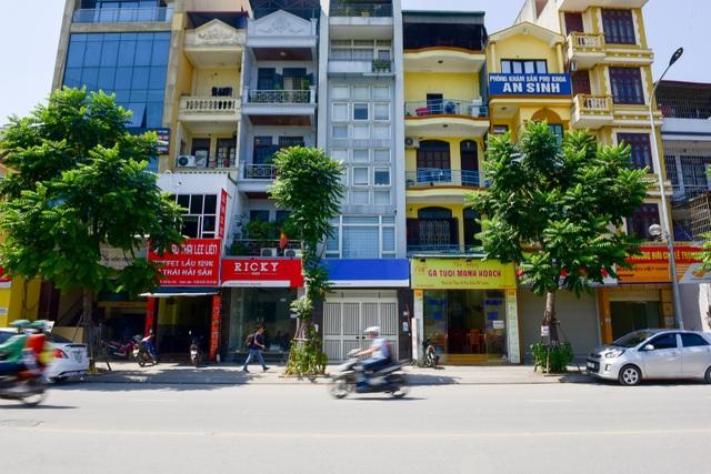 Đường Lê Trọng Tấn (quận Thanh Xuân, Hà Nội) được khánh thành vào tháng 5/2016, dài khoảng 1,5 km từ nút giao Tôn Thất Tùng đến sông Lừ. Đây được xem là tuyến đường kiểu mẫu đầu tiên của Hà Nội với đồng phục biển hiệu gây trang cãi trong dư luận một thời gian.
