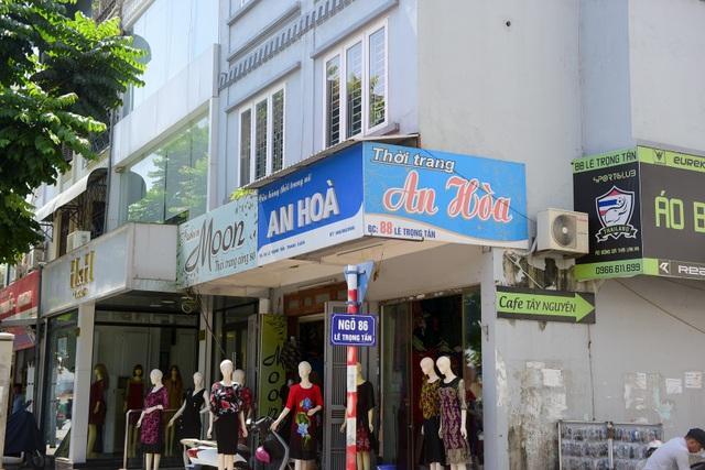 Một cửa hàng trước ngõ 68 Lê Trọng Tấn vừa giữ lại biển quảng cáo đạt tiêu chuẩn, vừa làm thêm biển quảng cáo.
