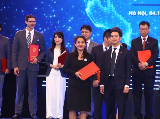 Đại diện VNG (bìa trái) và đại diện Temasek trao ký kết MOU hợp tác.