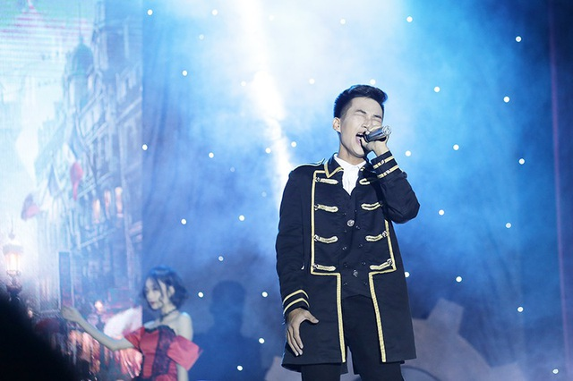 Các diễn viên tự tin thể hiện giọng hát thật của mình trên sân khấu, trước sự xúc động của hàng trăm khán giả
