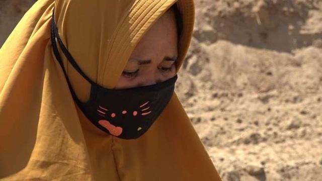Surinati bật khóc chứng kiến cảnh chôn cất của chồng (Ảnh: Sky News)