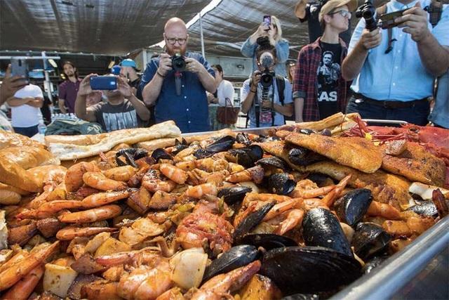 Choáng với khay hải sản khổng lồ nặng 50 kg giá gần 70 triệu đồng - 2