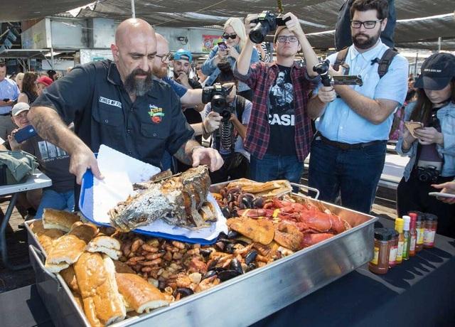 Choáng với khay hải sản khổng lồ nặng 50 kg giá gần 70 triệu đồng - 4