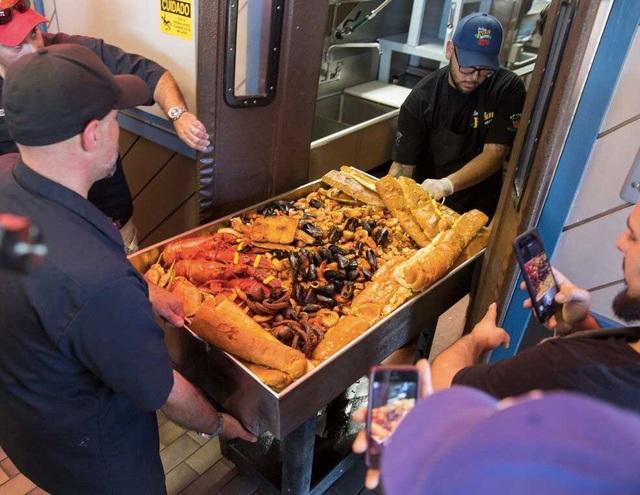 Choáng với khay hải sản khổng lồ nặng 50 kg giá gần 70 triệu đồng - 3
