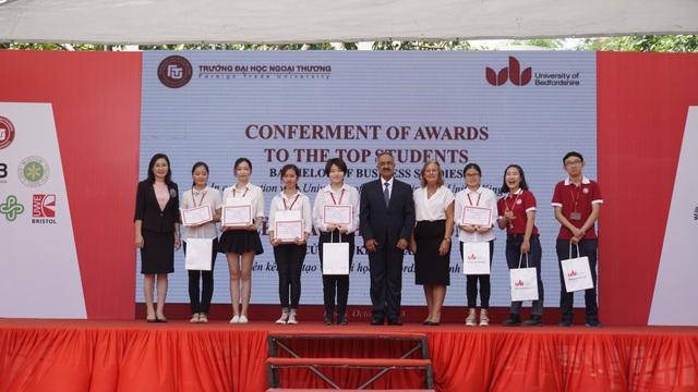 Sinh viên nhận học bổng trong lễ khai giảng