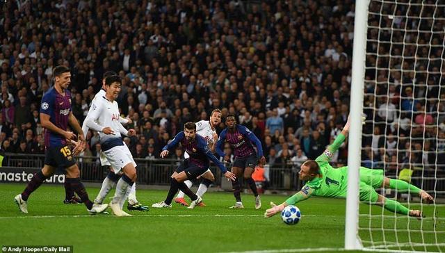 Tottenham 2-4 Barcelona: Messi rực sáng - 12