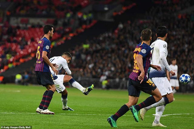 Tottenham 2-4 Barcelona: Messi rực sáng - 20