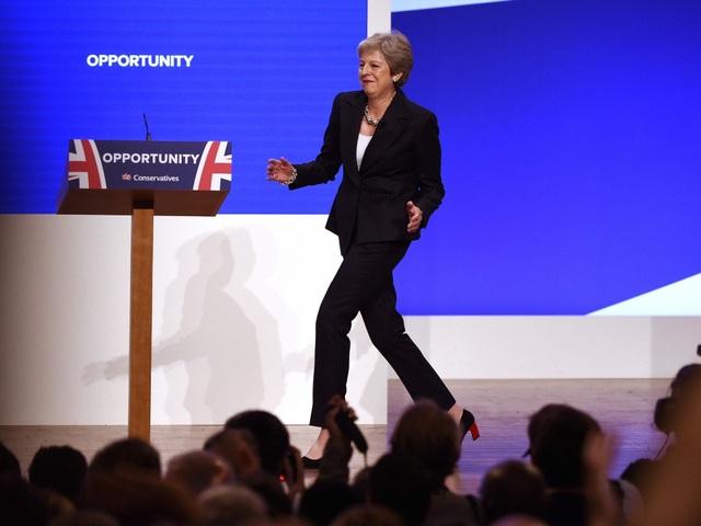 Thủ tướng Anh Theresa May nhún nhảy vui vẻ (Ảnh: Telegraph)