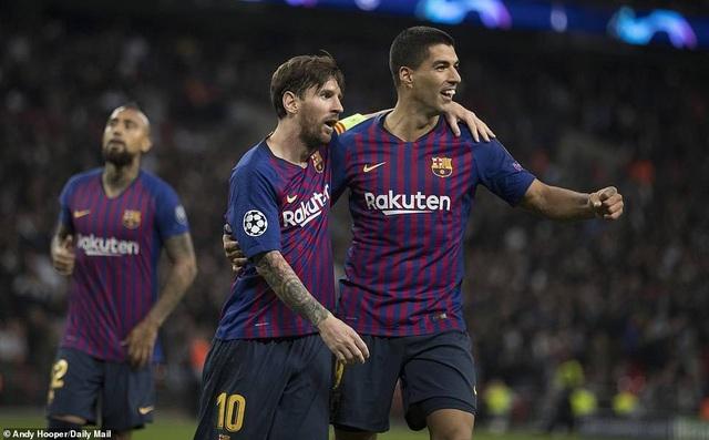 Luis Suarez chia sẻ niềm vui với Messi