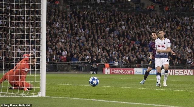 Trước đó, Messi đã hai lần đưa bóng tìm đúng cột dọc của Tottenham